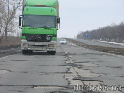Огромная нагрузка разрушающе действует на дорожное полотно.