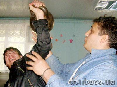 Дмитрий Халаджи страхует Славика, сдающего джентльменский тест.