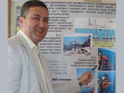 Артур Каракозов демонстрирует принцип работы УМБ.