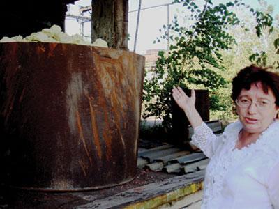 «Это очень опасно - держать под открытым небом токсичные отходы мононитрохлорбензола, а люди, лишенные средств к существованию, таят в себе дополнительный риск», - считает химик-ветеран Татьяна Даниленко.