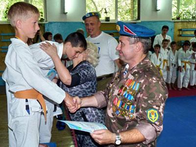 Сергей Власенко вручил памятный знак, медаль за 2-е место и диплом участника состязаний восьмилетнему бойцу Никите Дукину (Северодонецк).