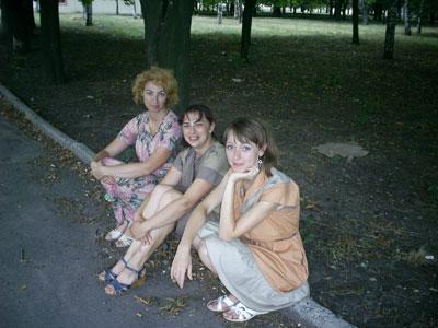 В ожидании своей «звездной» роли Елена Стаматина (в центре) с «коллегами» пережидает дождь.