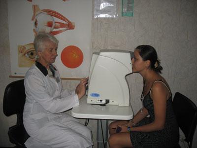 Валентина Калинина проверяет внутриглазное давление на бесконтактном пневматическом тонометре.