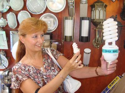 Журналистка «Донбасса» с энергосберегающими лампами: размер таки имеет значение.