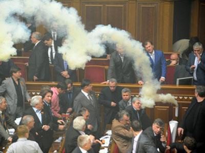 Самый запоминающийся день сессии - 27 апреля, когда в дыму продвигали ратификацию «харьковских соглашений» по российскому флоту.