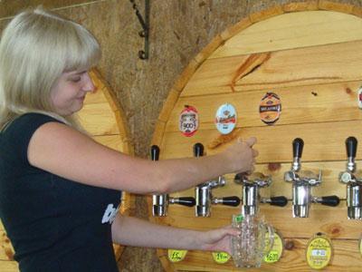 Продавец Марина нальёт пива на любой вкус.