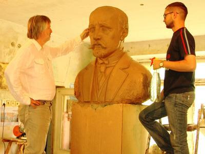 Скульпторы Петр Антып и Дмитрий Ильюхин всю душу вложили в работу над портретом Федора Енакиева - человека недюжинного ума и американского, как подмечали современники, склада действий.