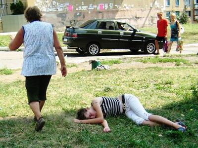 Лежит себе на газоне подвыпившая девчонка. Протрезвеет ли?