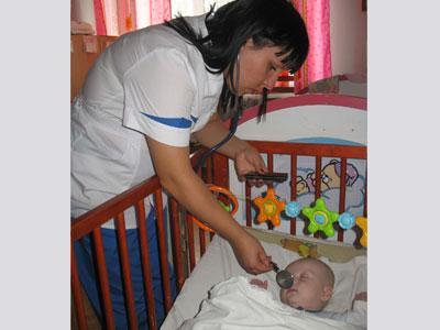 Врач-ординатор Вера Маноченко осматривает маленького пациента. Самолечение ребенка нередко заканчивается осложнениями, с которыми приходится разбираться на больничной койке.