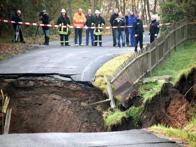 В Германии из-за провала грунта образовалась гигантская воронка (ФОТО, ВИДЕО)