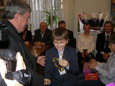 Виктор Кирбаба награждает девятилетнего Евгения Логачева, двукратного чемпиона Украины в классе «Багги».