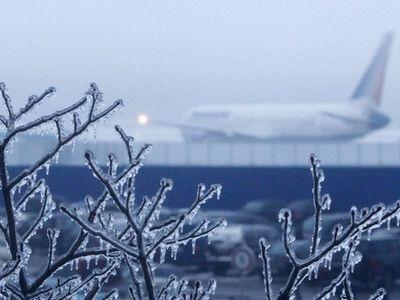 Снегопады парализовали транспорт в России и США
