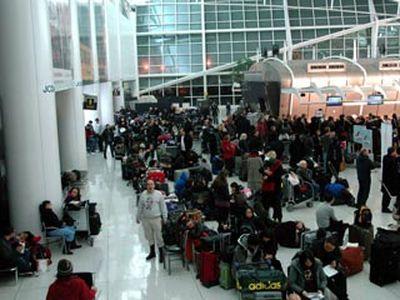 Разгневанные пассажиры устроили беспорядки в аэропорту Нью-Йорка