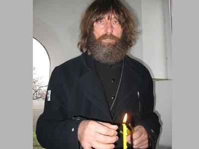 «Кто-то должен молиться за тех, кто в пути, - говорит отец Федор, зажигая свечу перед образом Николая Чудотворца, - поддерживать их словом Божьим. И, конечно, сопровождать в экспедициях».