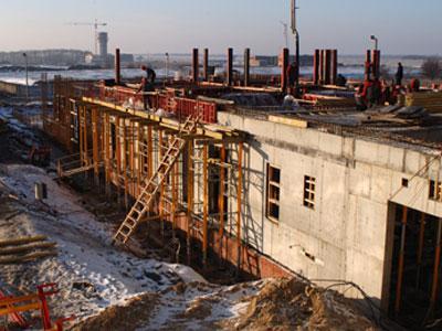 На стройплощадке нового терминала Донецкого аэропорта ежедневно задействовано около 400 строителей и 35 единиц техники.