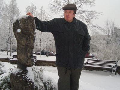 Сергей Осичный у изваяния на бульваре Пушкина, которое дончане окрестили «памятник пришельцу».
