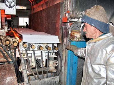 Машинист прокатной машины Виктор Иварлак за работой.