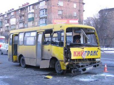 В Киеве маршрутка столкнулась с грузовиком