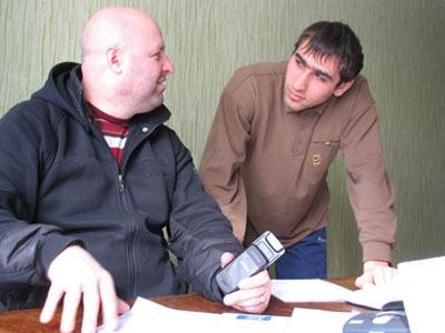 Майор Сергей Володин и лейтенант Ренат Казинян готовят к передаче в следственные органы документы еще одного уголовного дела, где тоже фигурирует мобильник.