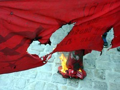 Перед Львовским горсоветом жгут красные флаги. Правоохранители не реагируют (ФОТО)