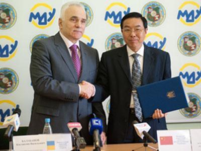 Ректор МГУ Константин Балабанов заключает договор о сотрудничестве с ректором Янченского педагогического университета Сюе Цзюбао.