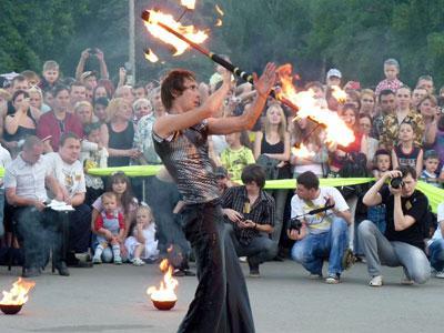 Красочное выступление артистов евпаторийской группы «Gefest-show».