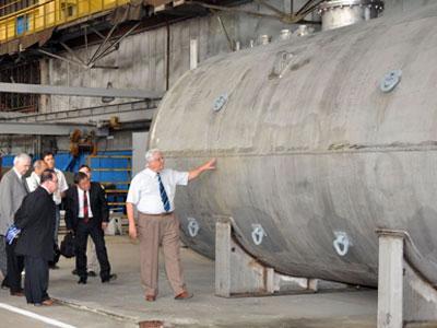 Президент Бразильского космического агентства доктор Раупп (справа) и бразильская правительственная делегация знакомятся с продукцией.