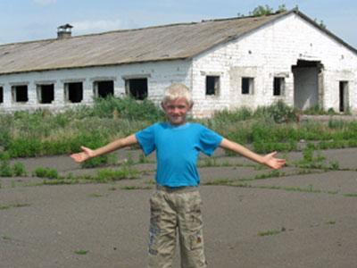 «Коров у нас нет, - говорит юный житель Ивановки Андрей Аникеенко, - поэтому здесь нам с дедом больше делать нечего».