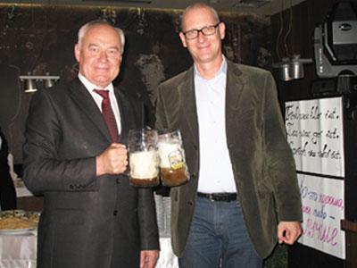 Первый заместитель Донецкого городского головы Николай Волков и генеральный консул ФРГ в Донецке Клаус Цилликенс пьют пиво на Октоберфесте, который немцы умудряются проводить даже здесь.