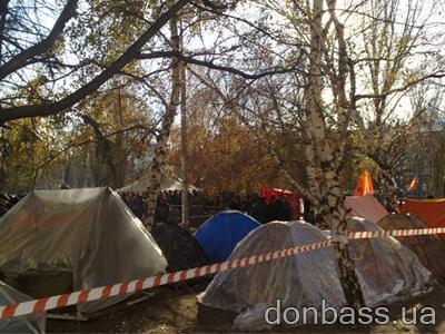 Как протестующие в Донецке чернобыльцы не дали свернуть палаточный городок (ВИДЕО)