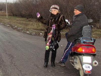 Татьяна Ткаченко из Григорьевки на прошлой неделе с трудом добралась до Амвросиевской больницы: пришлось сначала идти пешком, потом два часа простоять на перекрестке… А назад супруг привез ее на мотороллере. Утром не смог - был мороз!