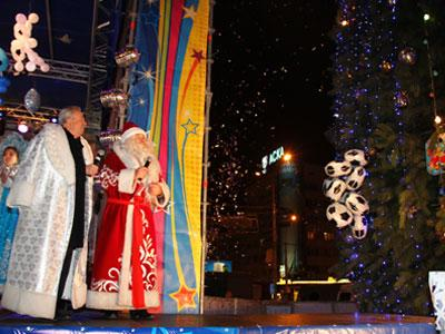 Александр Лукьянченко и донецкий Дед Мороз смогли включить ёлку только после того, как повесили на нее футбольное украшение.