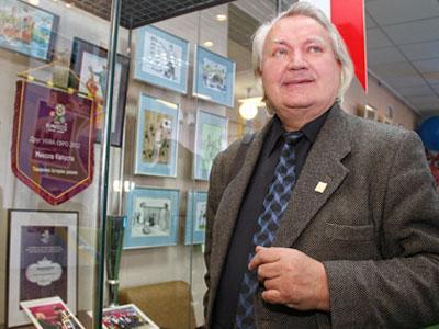 Николай Капуста передал для выставки свои рисунки, а также атрибуты «Друга Евро-2012».
