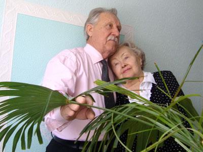 Чета Скорых у пальмы, олицетворяющей их семью.