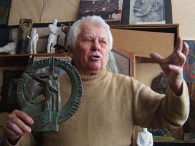 Юрий Балдин с мини-вариантом своего самого известного творения живописует процесс создания оригинала.