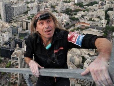 Человек-паук покорил самый высокий небоскреб Франции без страховки