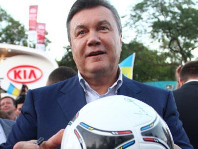Глава государства расписался на мяче, выигранном в фан-зоне нашим журналистом.
