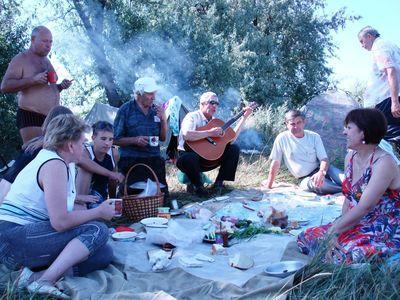 Дебальчанин Николай Дубовой радовал песнями делегацию «рыцарей» из Фащевки Луганской области.
