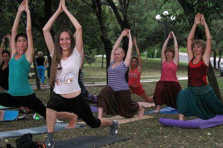 Екатерина Губарева (впереди) на очередной тренировке  по йоге выполняет «позу воина».