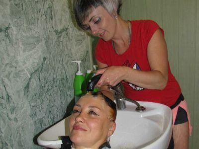 Мастер снежнянского салона «Каприз» Татьяна Косенко рекомендует после отпуска провести ламинирование волос - обертывание их воском. Эффект потрясающий!