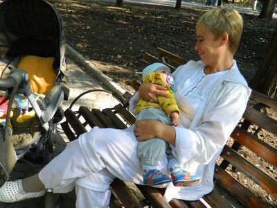 Светлана Негаматулина знает, что полугодовалый внучек Родион лучше спит после прогулки в артемовском парке.