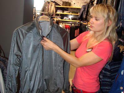 Татьяна Новикова показывает двустороннюю куртку,  которую можно носить наружу любой стороной.