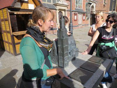 Экскурсовод Мария Ризановская показывает макет Собора святой Элизабет во Вроцлаве, оборудованный табличками для слепых. В Польше такие есть возле каждой достопримечательности.