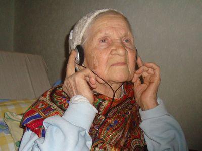 В силу возраста слух у Валентины Кудрявцевой, конечно, слабенький. Поэтому звук в телевизоре приходится включать на всю мощность. Чтобы не мешать дочке и соседям, пользуется наушниками.