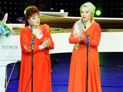 Алина Коробко с дочерью Светланой Захаровой исполняют «Музыку» Генри Пёрселла.