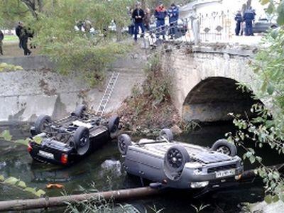 ДТП в Феодосии. Две машины упали в реку