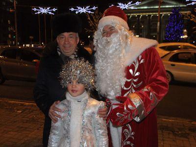 Зажигать ёлку мэру Александру Лукьянченко помогали Дед Мороз и Снегурочка.