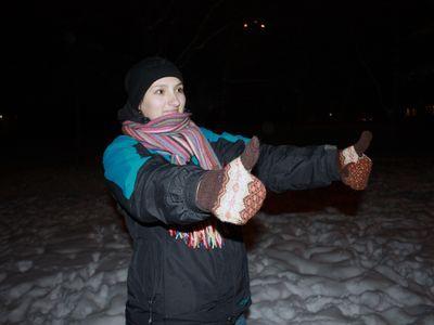 В собственноручно связанных шерстяных варежках мороз Светлане не страшен!  А ещё на холоде нужно всё время двигаться.