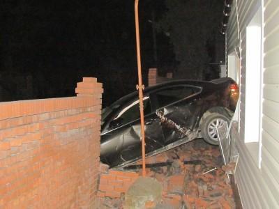 ДТП в Мариуполе. Иномарка влетела в окно частного дома (ФОТО)