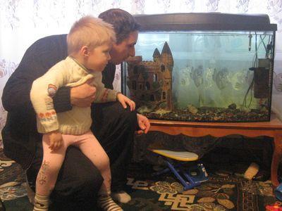 Евгений и Андрюша Бабичи любят наблюдать за своими рыбками.